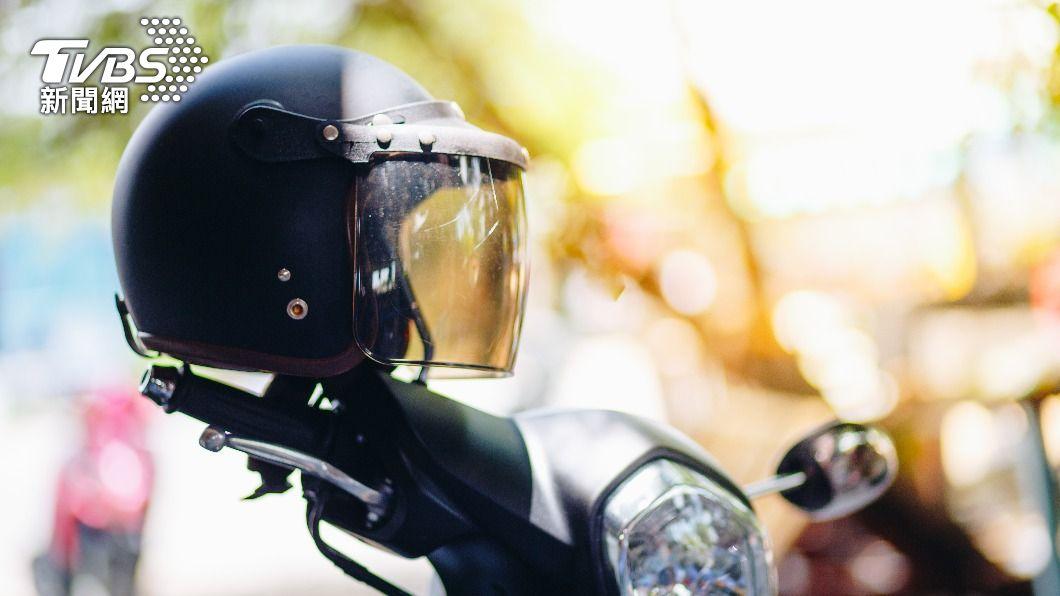 騎車上路不但要戴合格的安全帽,還必須正確戴好以免遭開罰。(圖片來源/ TVBS) 有戴安全帽就不怕警察? 小心這樣還是會被開單