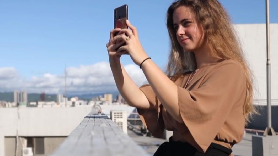 一名法國女孩坦言,在台灣生活跟她想像中「差很多」。(圖/翻攝自不要鬧工作室 YouTube) 法國媒體讚爆台灣 正妹來台傻眼:為什麼差這麼多!
