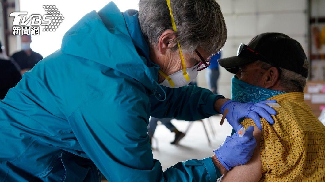 美國民眾接種新冠疫苗。(圖/達志影像路透社) 美民眾接種新冠疫苗後 最快今夏可赴歐旅遊