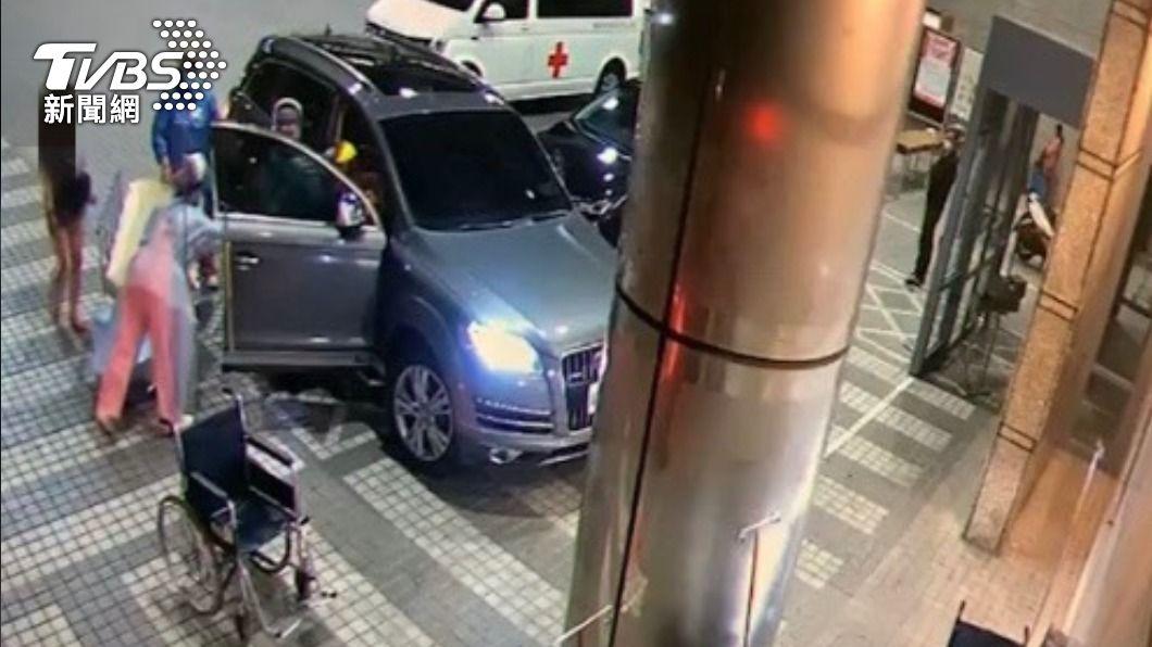 林女將閨密送往林口長庚醫院。(圖/TVBS) 衝撞攔查「閨密被擊斃」 女駕駛:是她要我拒檢!
