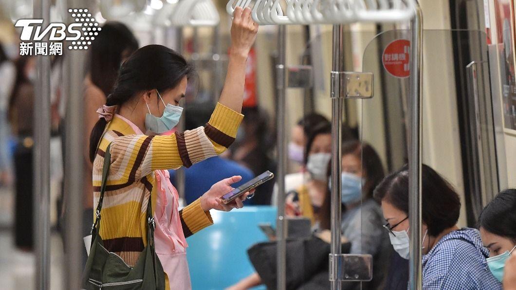 圖為民眾搭乘台北捷運戴口罩。(圖/中央社) 違規脫口罩還飲食 北捷調畫面找人「最重罰7千5」