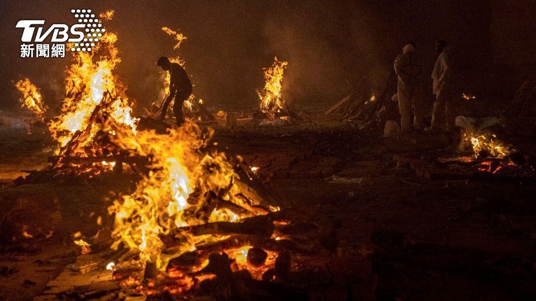 印度新冠疫情失控,也造成當地火葬場不敷使用。(圖/達志影像路透社) 擋不住了!印度疫情失控 西方國家紛紛出手救援
