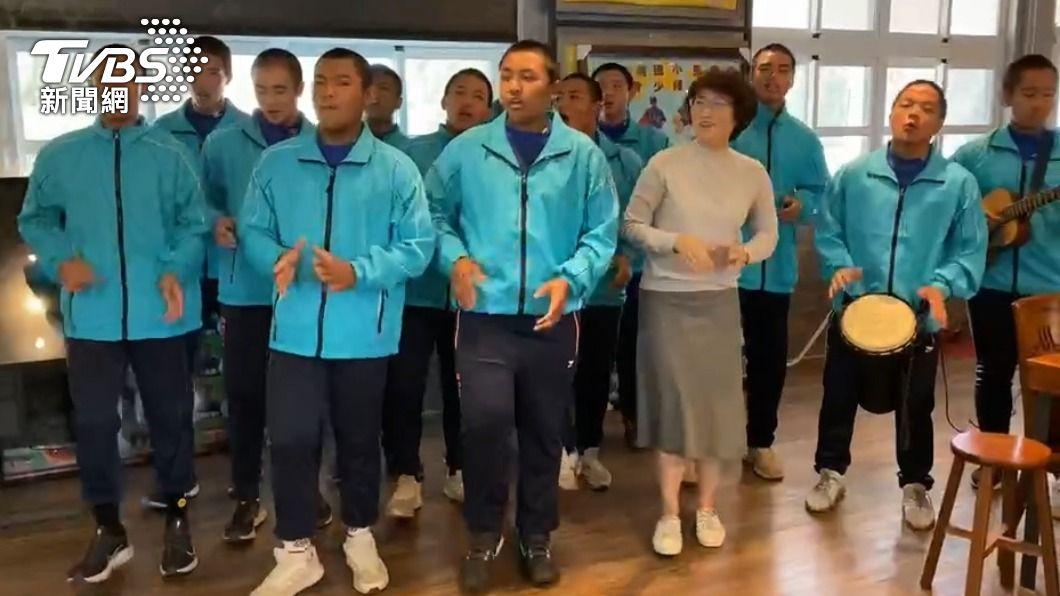 卑南國中棒球隊團練唱歌。(圖/TVBS) 卑南國中棒球隊圓夢 13小球員跟偶像「吳宗憲」見面