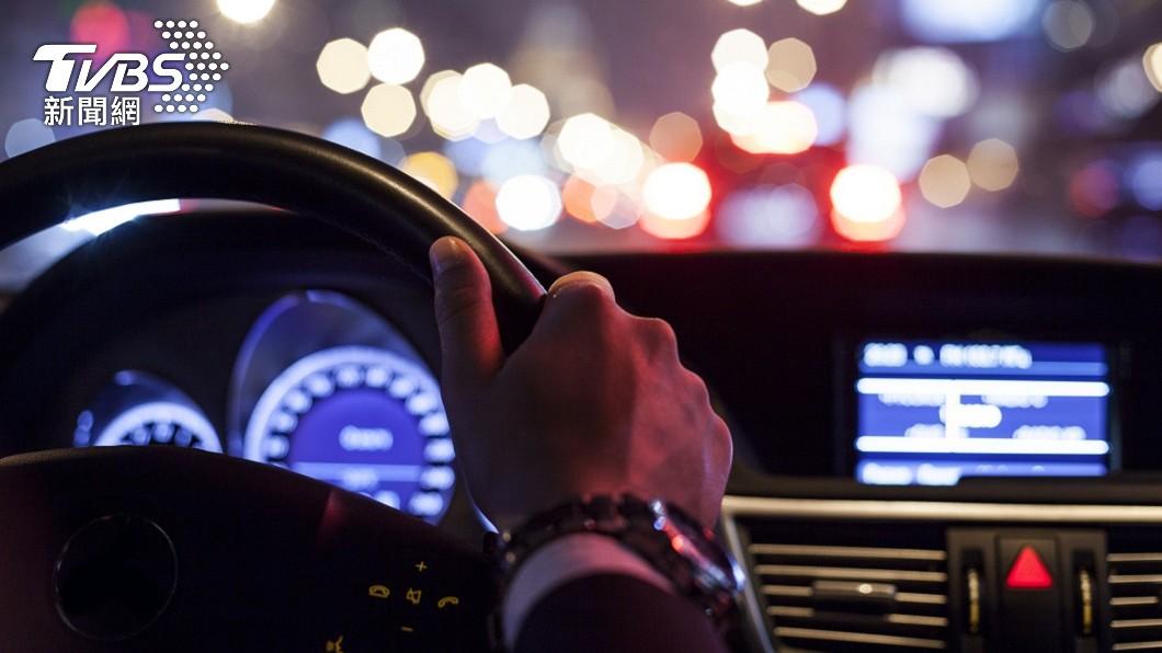 男子分享日前開車返家途中,綁在後視鏡的護身符莫名鬆脫。(示意圖/shutterstock 達志影像) 車內護身符莫名鬆脫 真相超溫暖「冥婚嬤幫擋車關」