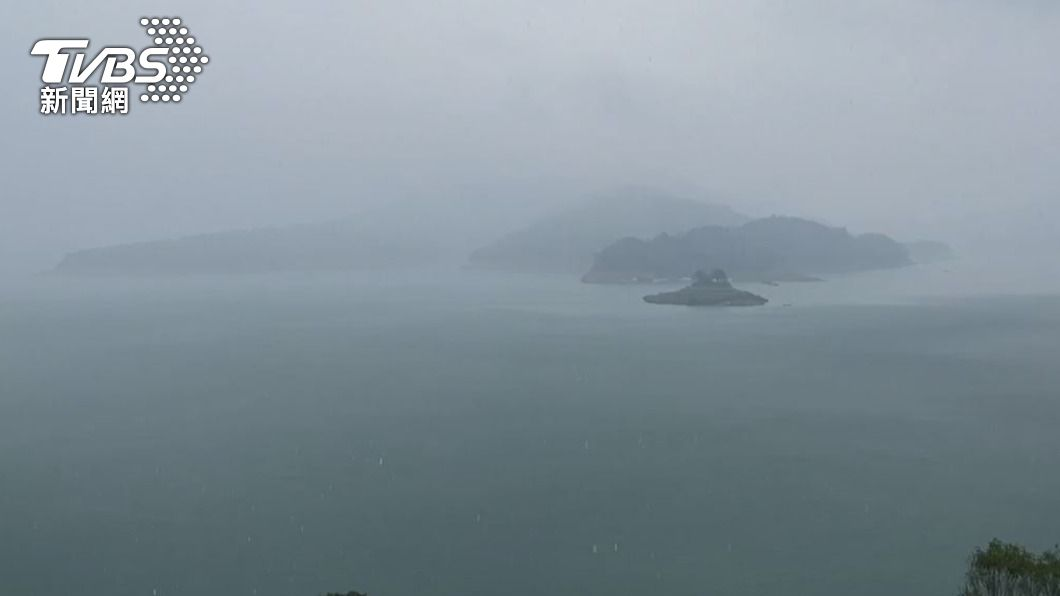 日月潭26日下午下雨了。(圖/TVBS) 日月潭午後下大雨 民眾驚喜歡呼:下多一點