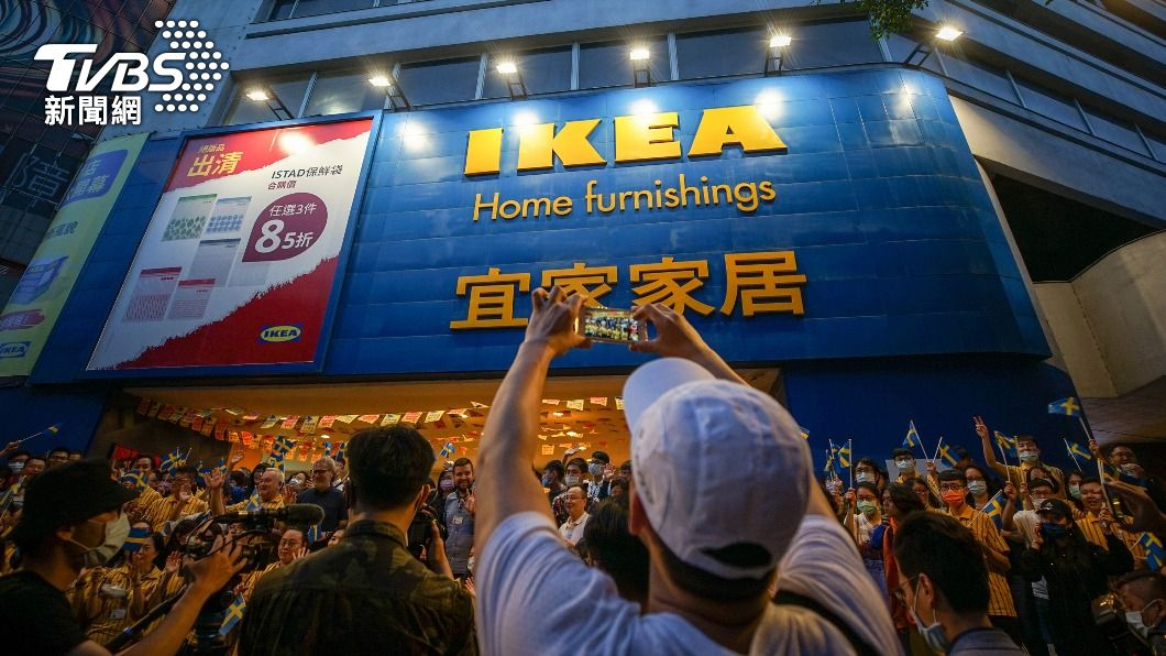 許多民眾到IKEA敦北店參加降旗儀式。(圖/中央社) 走過23年!IKEA敦北店「降旗道別」 看好台灣展店不設限