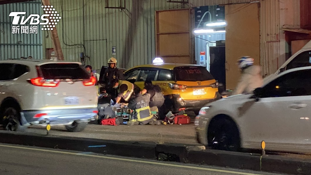 圖/TVBS 蘆洲計程車司機自撞護欄 無生命跡象送醫搶救中