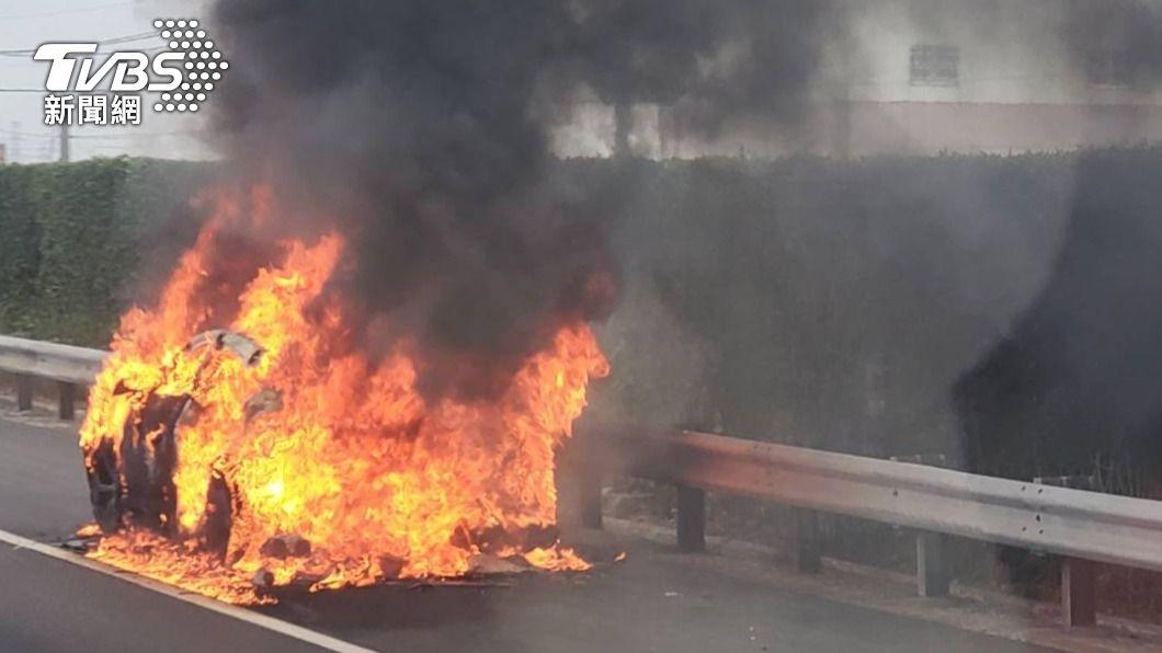 上午7點多中山高南下發生火燒車意外。(圖/TVBS) 千萬藍寶堅尼國道起火! 駕駛逃生目睹變成只剩「骨架」