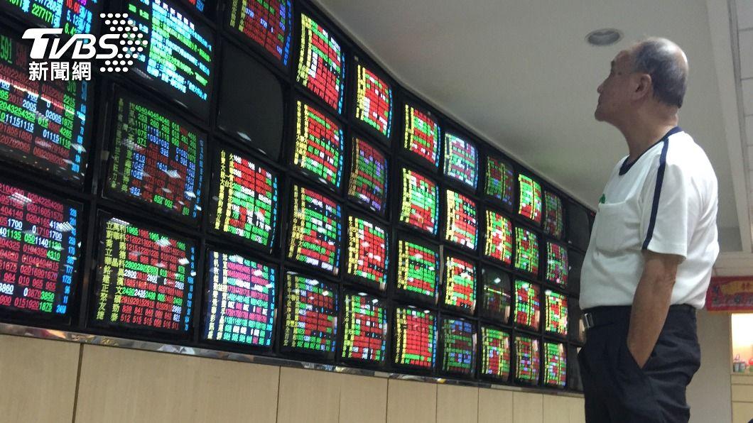 (圖/中央社) 台股衝上17600點新高後震盪 高低差距逾百點