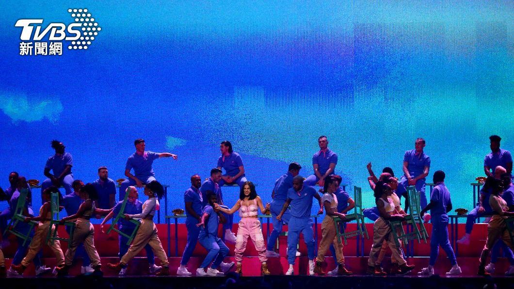 全英音樂獎為全球音樂圈一年一度盛典,英國知名歌手杜娃·黎波在去年也擔任表演嘉賓。(圖/達志影像路透社) 英相盼6月恢復正常生活 音樂獎4千人群聚「試水溫」