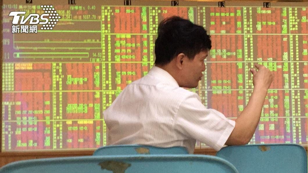 (圖/中央社) 電金疲弱 台股盤中衝新高後震盪拉回