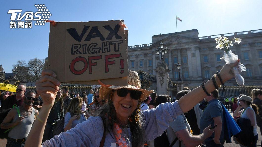 英國日前出現反封城、反疫苗示威。(圖/達志影像路透社) 英國反疫苗護照示威爆衝突 8警遭襲見血送醫
