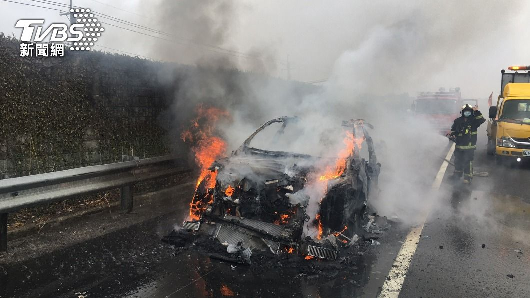 一輛藍寶堅尼在行駛中突起火燃燒。(圖/中央社) 藍寶堅尼休旅車國道成火球 網友:燒掉一棟千萬房