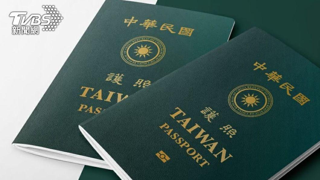 圖為新版晶片護照。(圖/中央社) 疫後出國超前部署 領務局:新版護照申辦恐爆量