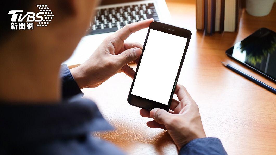隨著智慧型手機越趨普及,不少勞工下班或在家仍需隨時處理工作上的業務。(示意圖/shutterstock達志影像) 手機太便利!下班得「變相加班」 調查:每月平均多12.5hr