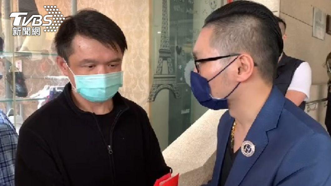 知名直播主連千毅今到醫院慰問。(圖/TVBS) 連千毅探病柔道童「包60萬紅包」 爸拒收趁隙塞回車上