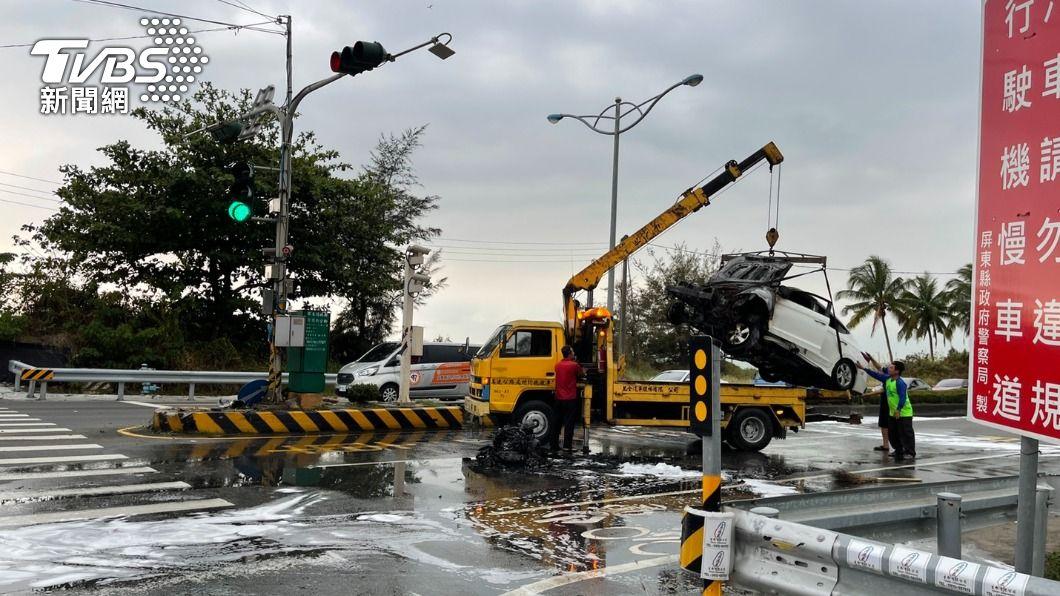 下午接近五點左右台一線內獅段發生一起自撞火燒車意外。(圖/TVBS) 屏東內獅休旅車自撞起火3傷 目擊民眾見義勇為幫救人