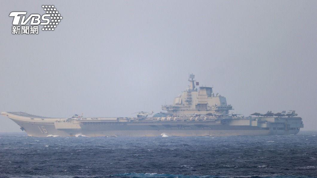 陸航空母艦遼寧號。(圖/達志影像路透社) 遼寧號北上東海 艦載直升機一度接近釣魚台