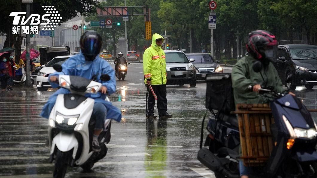 (圖/中央社) 雨來了!鋒面接近台灣 鄭明典:雨區很快會往南