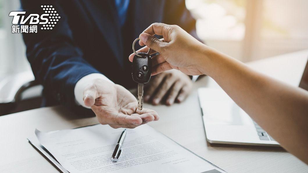 男子猶豫要買房或是買車。(示意圖/shutterstock達志影像) 4百萬要買車or買房?眾一面倒揭「殘酷差異」