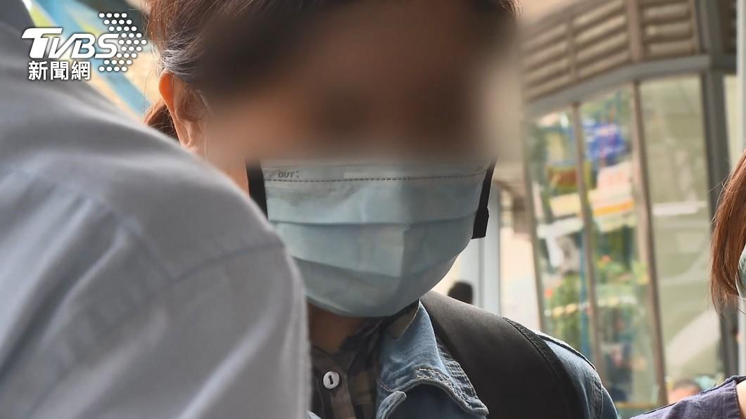 柔道事件傷者黃小弟母親。(圖/TVBS) 柔道童舅舅遭疑「拍片不救」 母鞠躬淚求:別再譴責他