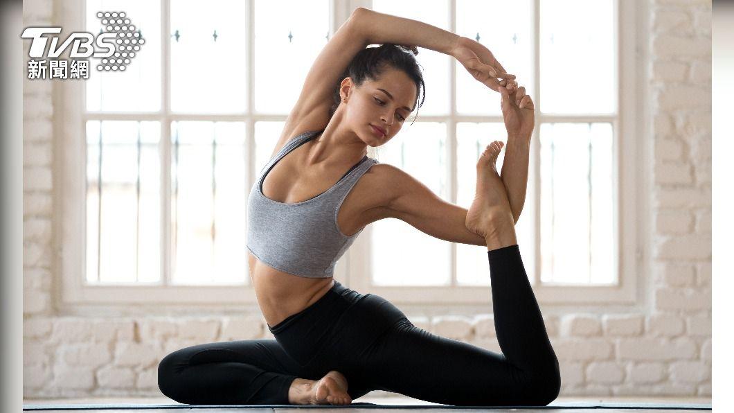 瑜珈有益身心,但醫師提醒部分動作操作不慎易產生運動傷害。(示意圖/shutterstock達志影像) 瑜珈初學者別試3動作 醫師警告:挑戰不成恐傷身