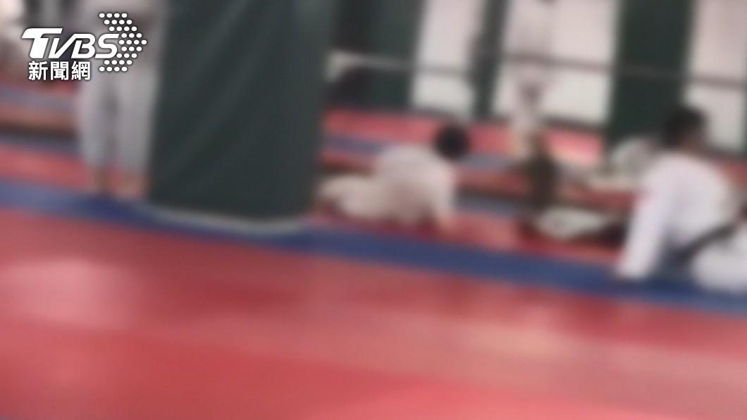 男童21日參加校外柔道課程慘遭重摔。(圖/TVBS) 柔道腦死7歲童腦壓降 醫嘆未脫離險境:腦神經受損嚴重
