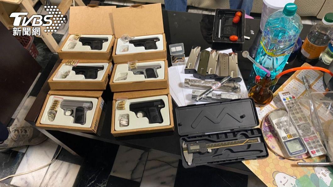 新莊警方追查毒販,發現改槍工廠。(圖/TVBS) 販毒還擁兵工廠 警攻堅犯嫌「趴屋頂」躲查緝