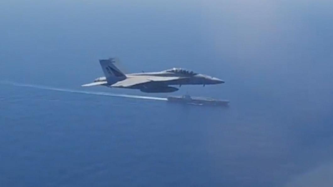 俄巡邏機靠近! 美航母出動大黃蜂戰機攔截