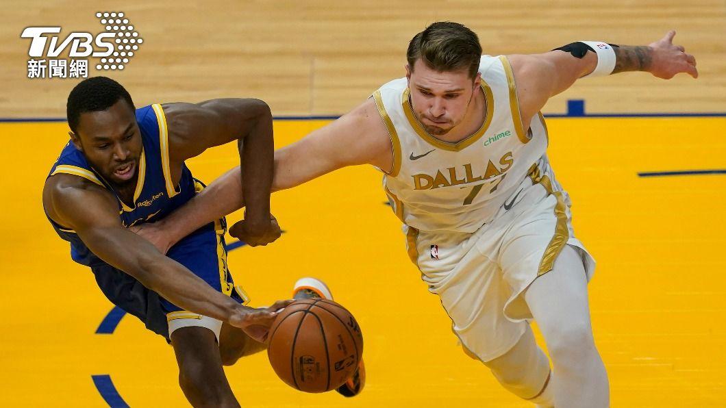 獨行俠唐西奇(右)砍下全場最高39分。(圖/達志影像美聯社) NBA勇士上半場只拿29分 唐西奇39分率獨行俠取勝