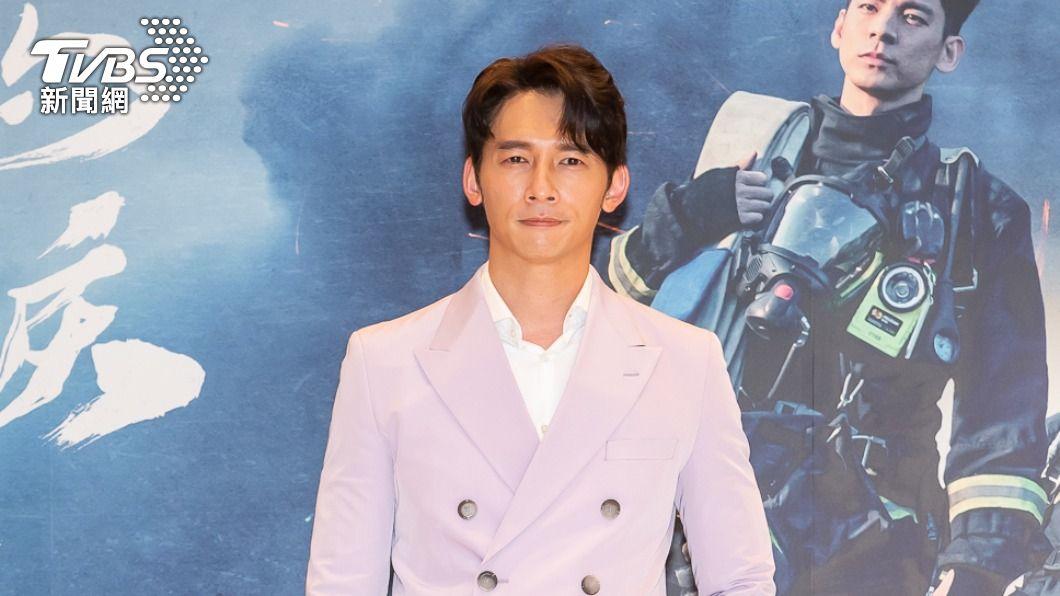 溫昇豪在《火神的眼淚》飾演特搜隊員。(圖/TVBS) 「喘爆」不舒服!溫昇豪《火神的眼淚》扛20公斤奔火窟