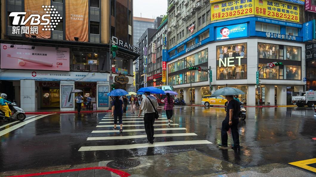 (示意圖/shutterstock達志影像) 鋒面夜襲炸雷雨「半個台灣濕到變色」 1張圖秒懂雨區