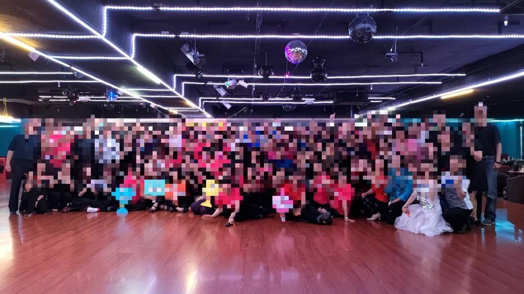 阿曼達舞場20日當晚的現場照。(圖/翻攝自舞蹈教室臉書粉專) 驚!染疫伯跳舞4.5小時 舞場照曝「近百人沒戴口罩」