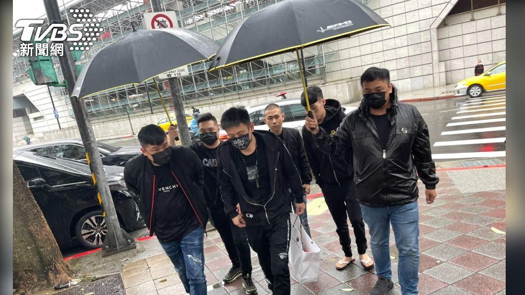 開瑪莎拉蒂北投街頭開槍,兩嫌犯到案。(圖/TVBS) 開瑪莎拉蒂北投街頭開槍 兩嫌犯上午到案