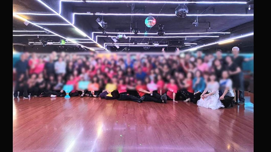阿曼達舞場20日當晚的現場照。(圖/翻攝自舞蹈教室臉書粉專) 確診阿伯跳舞接觸者匡列百人 採檢結果出爐