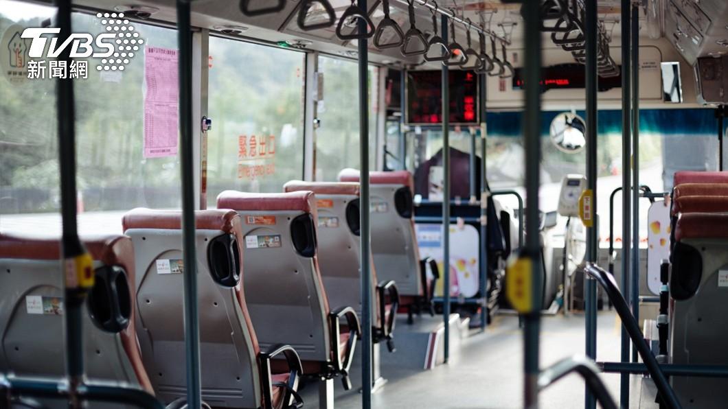 高雄近日有民眾發現,一名公車司機擁有14字超長姓名。(示意圖/Shutterstock達志影像) 公車司機14字姓名「塞滿名牌」 本尊現身拆解揭密