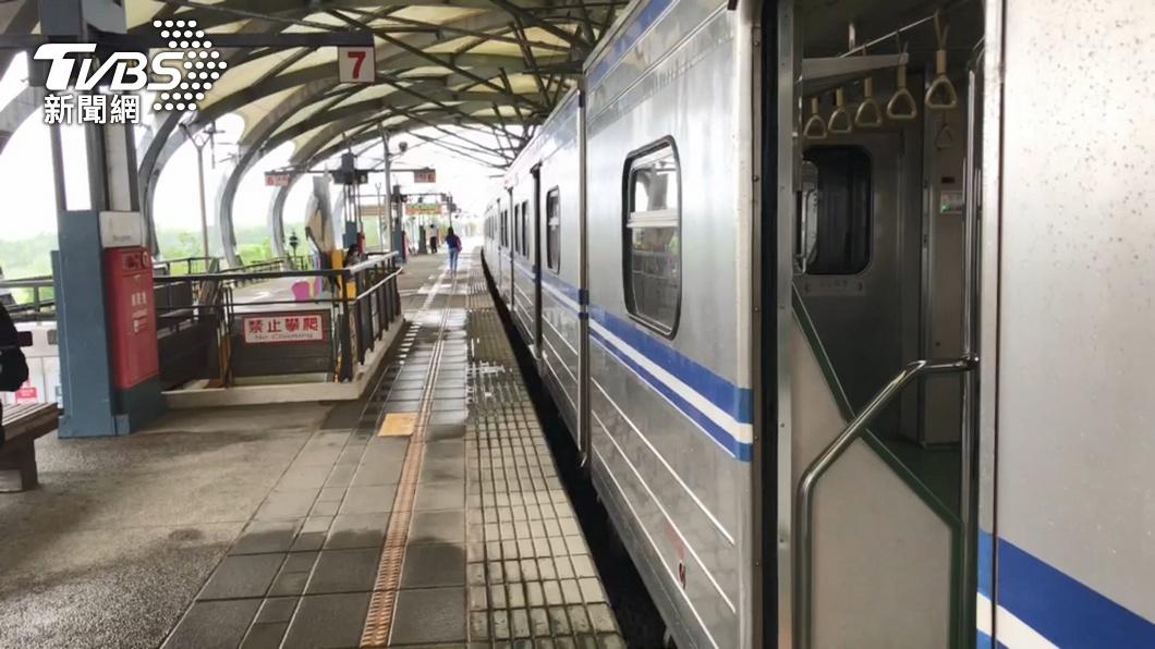 (圖/TVBS) 區間車突冒煙!台鐵:煞車系統不良 停松山站待檢修