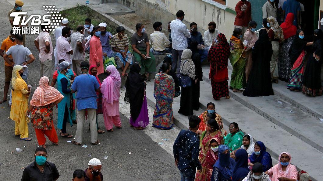 週四在西孟加拉州,仍有數百萬人聚集進行選舉最後一階段投票。(圖/達志影像路透社) 疫情壓不住還選舉 印度確診再創新高!日增38萬例