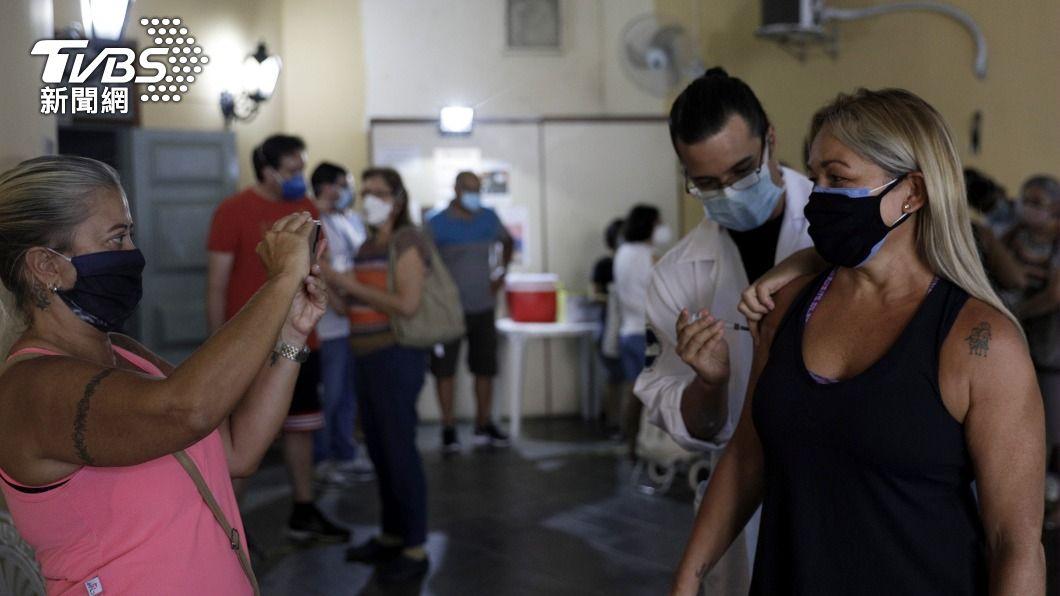 專家警告,巴西疫情恐出現手風琴效應。(圖/達志影像路透社) 巴西新冠疫情反覆 專家憂恐出現「手風琴」效應