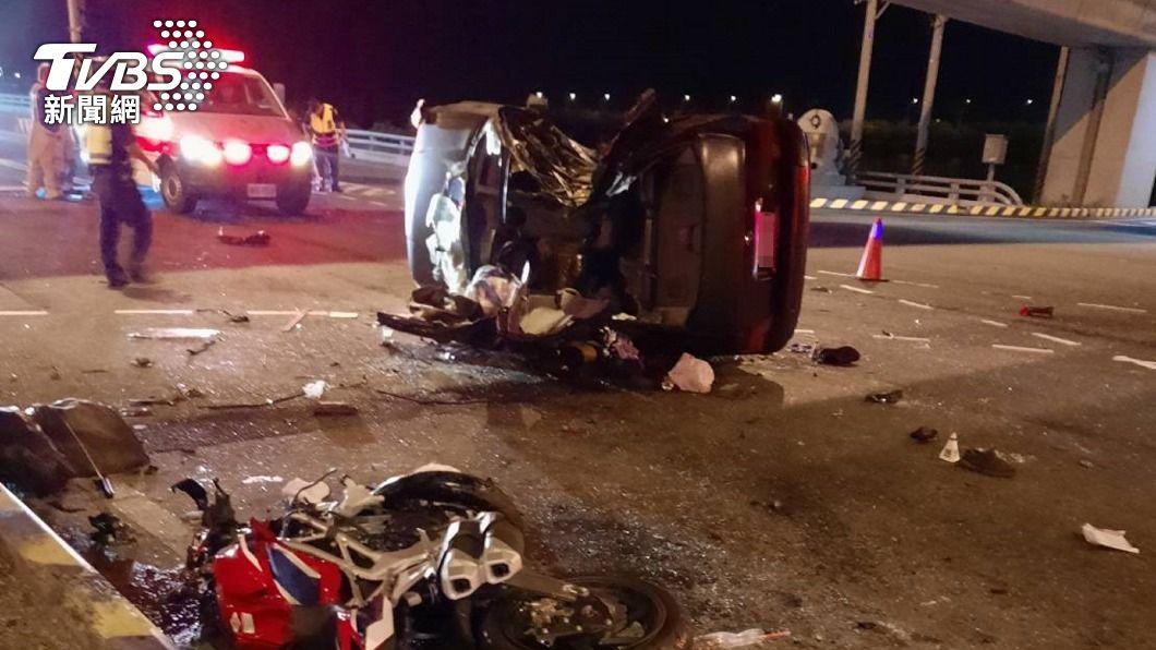 台南昨(29)日發生一起擦撞意外。(圖/中央社) 台南騎士直衝轎車釀翻車 女乘客傷重不治