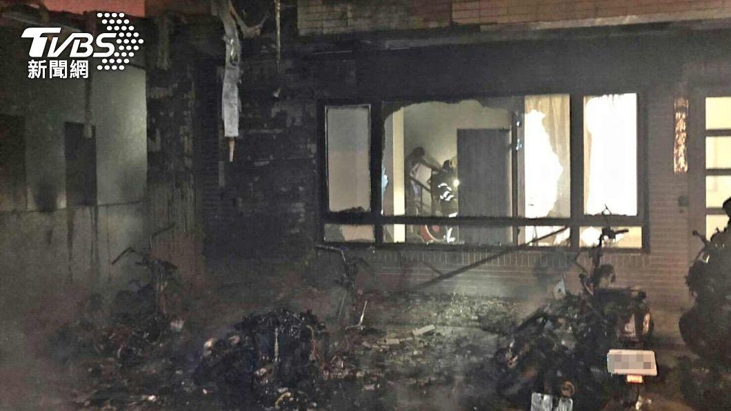 馬公昨(29)日深夜發生一起機車起火事件。(圖/TVBS) 馬公深夜驚傳大火! 出動4車搶救、共4人嗆傷