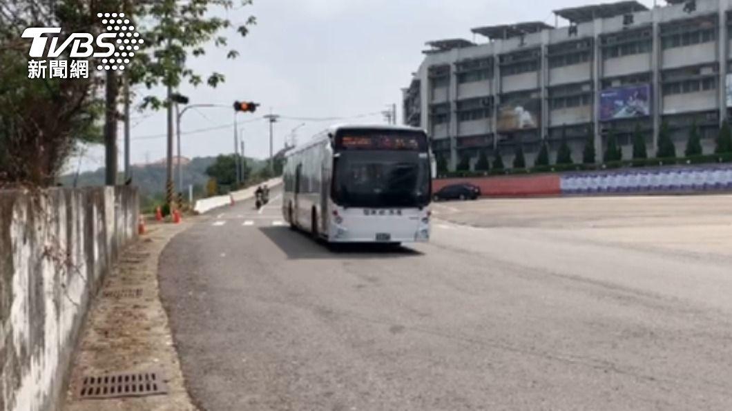 女高中生驚傳遭公車撞上意外。(圖/TVBS) 台中女高一生校門口遭闖紅燈公車衝撞 送醫宣告不治