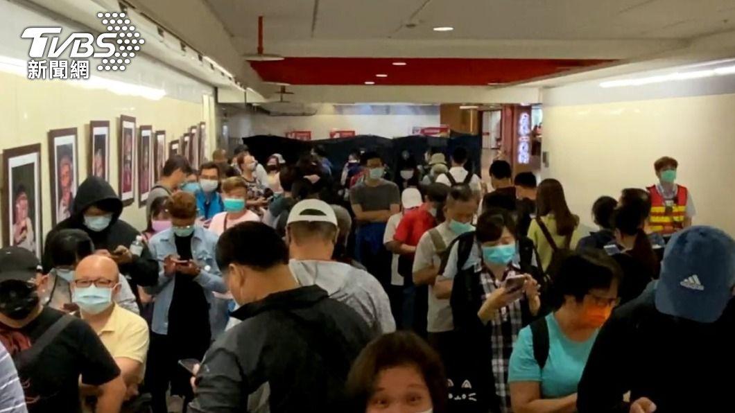 北捷為了慶祝25週年,推出限量悠遊卡,一早引發民眾搶購潮。(圖/TVBS) 北捷25週年!推電聯車立體悠遊卡 爆發排隊搶購潮
