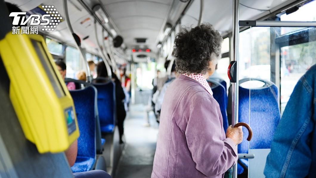 高雄一名老婦搭公車不慎摔傷提告求償76萬元。(示意圖,非新聞當事人/shutterstock 達志影像) 高雄婦搭公車摔傷求償 法官「有位不坐又不抓緊扶手」判免賠