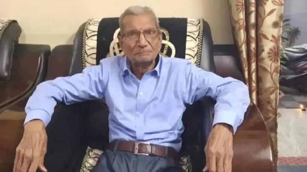 印度一名85歲老翁染上新冠肺炎卻主動讓出病床給年輕人治療。(圖/翻攝自推特) 確診新冠讓病床給年輕人 印85歲翁:他們的命更重要