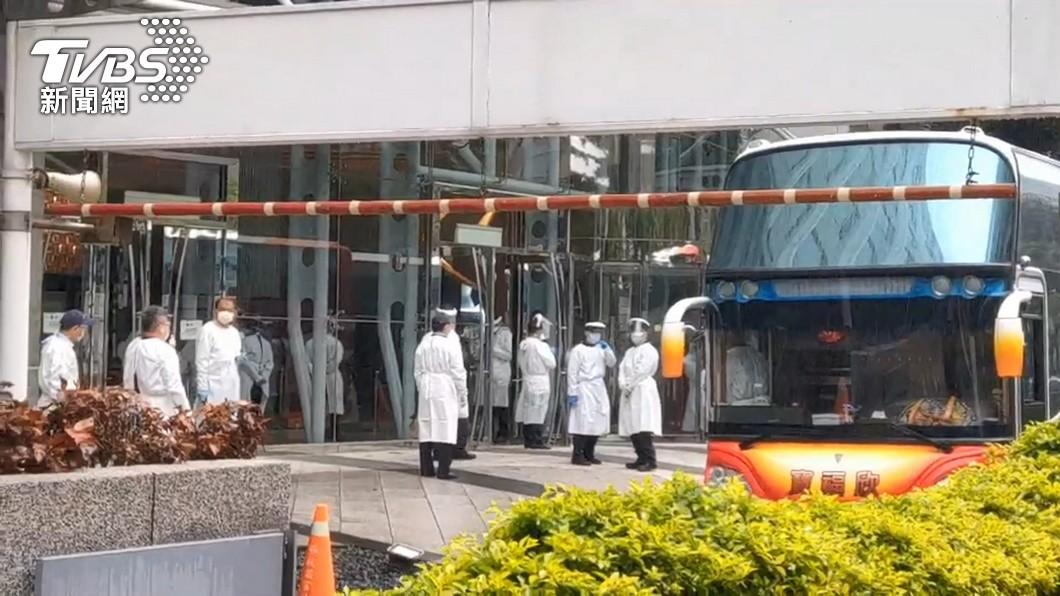 今早傳出接送人員前往檢疫所的遊覽車司機身體出現異狀。(圖/TVBS資料畫面) 諾富特飯店遊覽車司機發燒 指揮中心曝檢驗結果