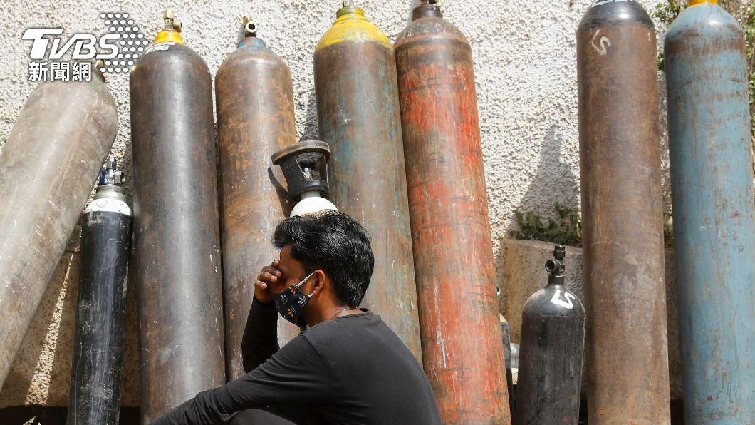 印度氧氣瓶供應嚴重不足。(圖/達志影像路透社) 印度醫療癱瘓!病母氧氣瓶被搬走 男下跪求警:我媽會死