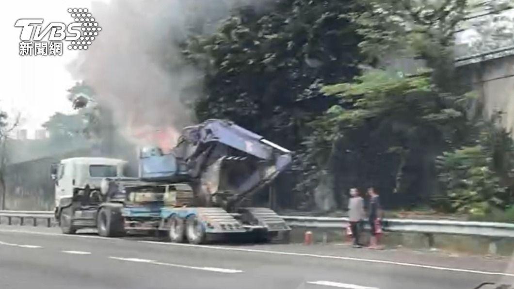 國道一號曳引車後方的挖土機不明原因自燃。(圖/TVBS) 挖土機不明原因起火自燃 國道上濃煙密布