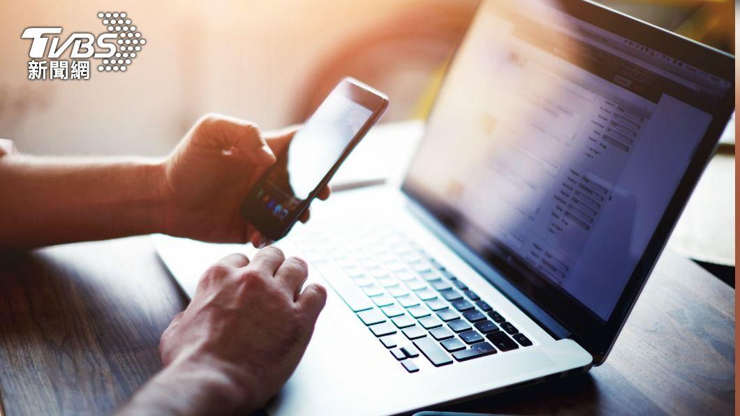 近年報稅高度仰賴網絡系統,資安專家提醒民眾勿點開未知、可疑郵件,以防駭客侵入。(示意圖/shutterstock達志影像) 網路報稅軟體夯引駭客 資安專家:留意2大詐騙手法