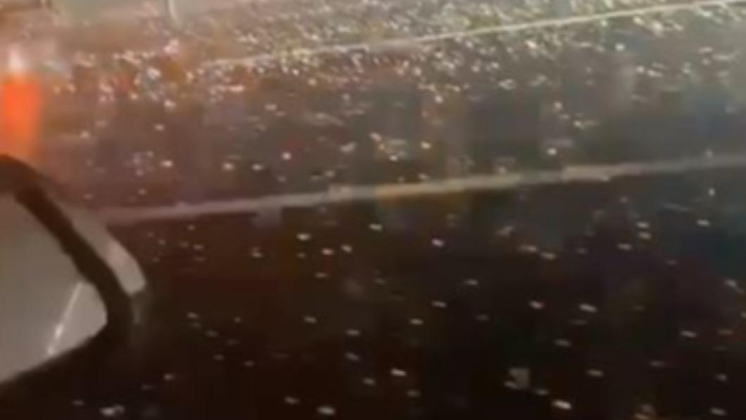 圖/翻攝自脊梁in上海印济良 微博 陸極端氣象!北京4月雪上海下冰雹 江蘇大風吹移飛機